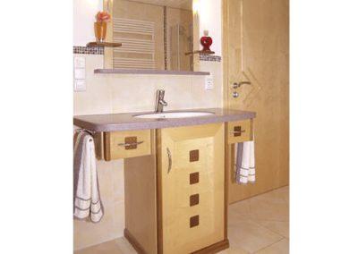 Ahorn-Badmöbel---mit-Nußbaum-Quadraten-und-Corian-Waschtisch