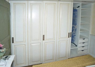 Schlafzimmerschrank-mit-Füllungen-in-Schiebetüren
