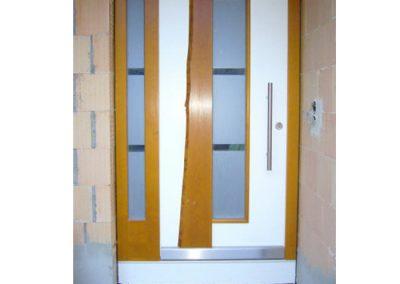 Holz-Haustüre---mit-Baumkanten-Brett